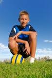 Muchacho con la bola de los deportes Fotos de archivo