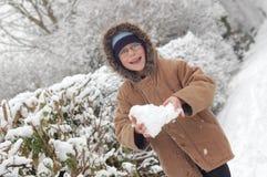 Muchacho con la bola de nieve imagen de archivo