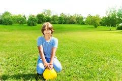 Muchacho con la bola del fútbol Imágenes de archivo libres de regalías