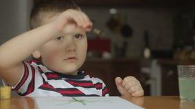 Muchacho con la borla en casa pinturas del drenaje del niño metrajes