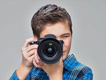 Muchacho con la cámara de la foto que toma imágenes Imagen de archivo libre de regalías