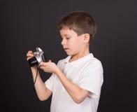 Muchacho con la cámara en negro Foto de archivo