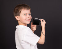 Muchacho con la cámara en negro Fotografía de archivo libre de regalías