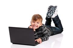 Muchacho con la computadora portátil Foto de archivo