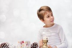 muchacho con la decoración de la Navidad Imagenes de archivo