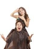 Muchacho con la expresión de la cara con el pelo largo en el peluquero Imagen de archivo