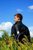Muchacho con la guitarra. Foto de archivo libre de regalías
