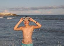 Muchacho con la máscara del salto en el mar Fotos de archivo