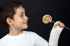 Muchacho con la mano quebrada Foto de archivo libre de regalías