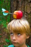 Muchacho con la manzana en la pista fotos de archivo