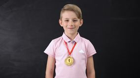 Muchacho con la medalla, logro prominente en la educación, competencia de deporte que gana almacen de metraje de vídeo