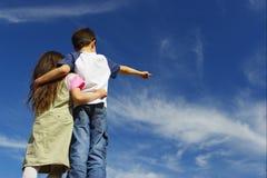 Muchacho con la muchacha en el cielo imágenes de archivo libres de regalías