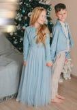 Muchacho con la muchacha en el vestido azul Foto de archivo libre de regalías