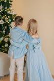 Muchacho con la muchacha en el vestido azul Fotografía de archivo libre de regalías