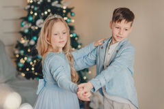 Muchacho con la muchacha en el vestido azul Imagen de archivo