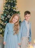 Muchacho con la muchacha en el vestido azul Imágenes de archivo libres de regalías