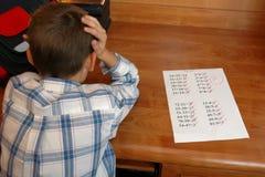 Muchacho con la prueba de la matemáticas Foto de archivo