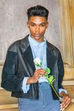 Muchacho con la rosa del blanco Fotos de archivo