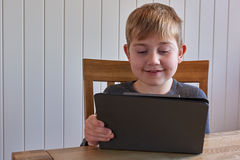 Muchacho con la tableta Imágenes de archivo libres de regalías