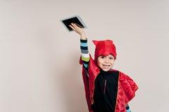 Muchacho con la tableta foto de archivo libre de regalías