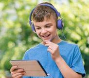Muchacho con la tableta Imagen de archivo libre de regalías