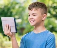Muchacho con la tableta Fotos de archivo