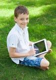 Muchacho con la tableta al aire libre Imagenes de archivo