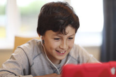 Muchacho con la tableta del ordenador Imagen de archivo