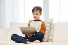 Muchacho con la tableta en casa Imágenes de archivo libres de regalías