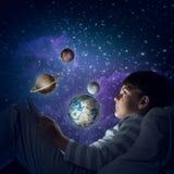 Muchacho con la tableta en su cama Fotografía de archivo libre de regalías