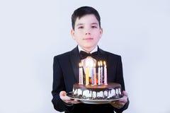 Muchacho con la torta de cumpleaños Fotos de archivo libres de regalías
