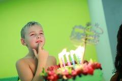 Muchacho con la torta de cumpleaños foto de archivo