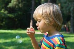 Muchacho con las burbujas de jabón imagen de archivo libre de regalías