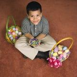 Muchacho con las cestas de Pascua. fotos de archivo