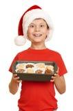 Muchacho con las galletas para santa, concepto de la Navidad de las vacaciones de invierno Fotos de archivo libres de regalías