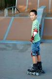 Muchacho con las láminas del rodillo Foto de archivo
