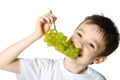 Muchacho con las uvas Imágenes de archivo libres de regalías