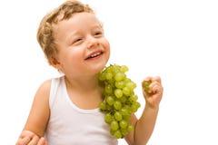 Muchacho con las uvas imagen de archivo