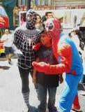 Muchacho con los caracteres del hombre araña Imagenes de archivo