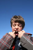 Muchacho con los dedos en su boca Foto de archivo libre de regalías