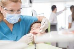 Muchacho con los dientes perfectos felices en el dentista Imágenes de archivo libres de regalías