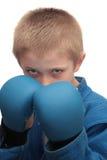 Muchacho con los guantes de boxeo. Fotos de archivo libres de regalías