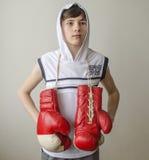 Muchacho con los guantes de boxeo Fotos de archivo libres de regalías
