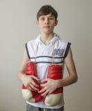 Muchacho con los guantes de boxeo Foto de archivo libre de regalías