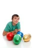 Muchacho con los huevos de Pascua del chocolate Foto de archivo libre de regalías