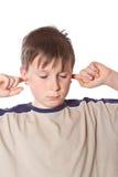 Muchacho con los oídos cerrados Imagenes de archivo