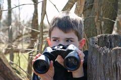 Muchacho con los prismáticos Fotografía de archivo