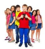 Muchacho con los prismáticos con otros niños Fotografía de archivo libre de regalías