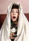 Muchacho con película de terror del reloj del gato Imágenes de archivo libres de regalías
