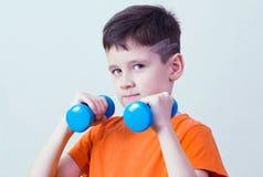 Muchacho con pesas de gimnasia Foto de archivo